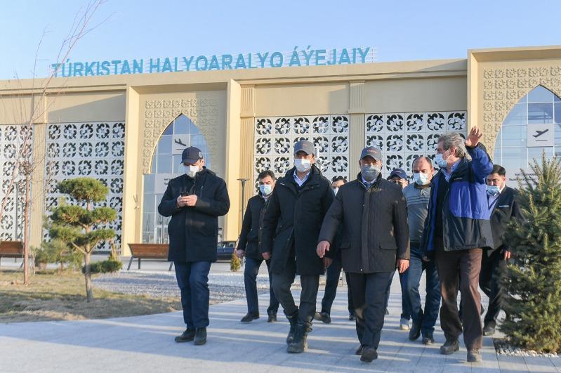 Сливы посадили вдоль дороги в аэропорт Туркестана