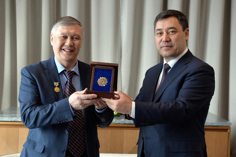 Президент Кыргызстана вручил орден «Достык» единственному манасчи в Казахстане Баянгали Алимжанову