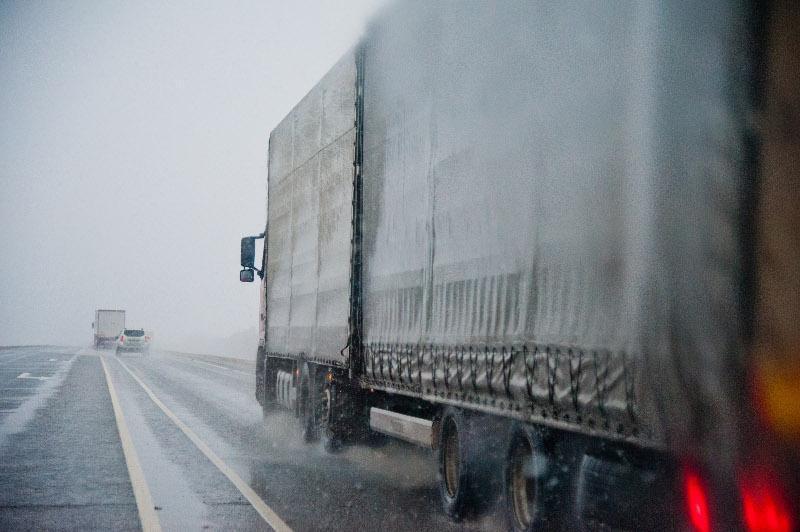 На дорогах в семи регионах Казахстана введено ограничение для большегрузов