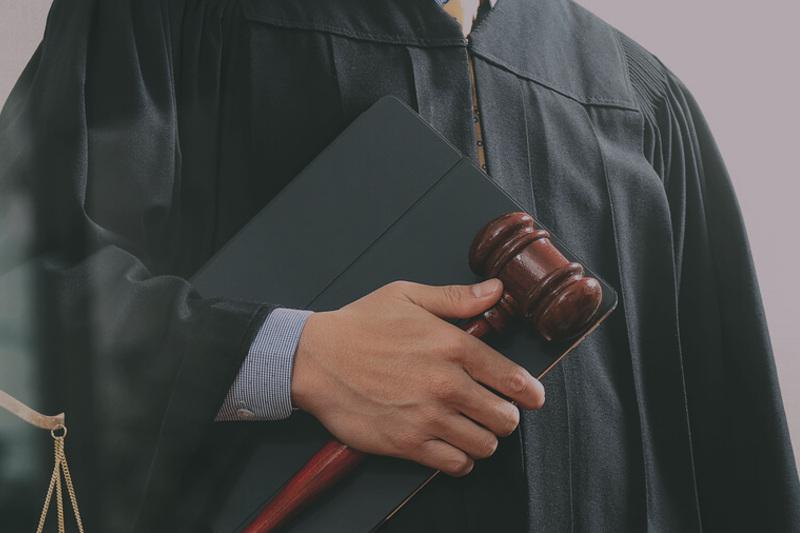 Судьи Верховного суда освобождены от должности