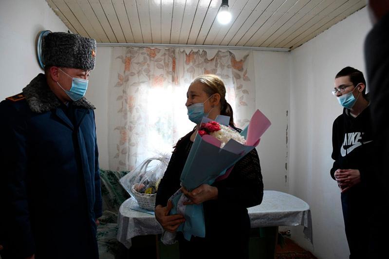 Главный акмолинский полицейский поздравил с 8 Марта вдову погибшего коллеги