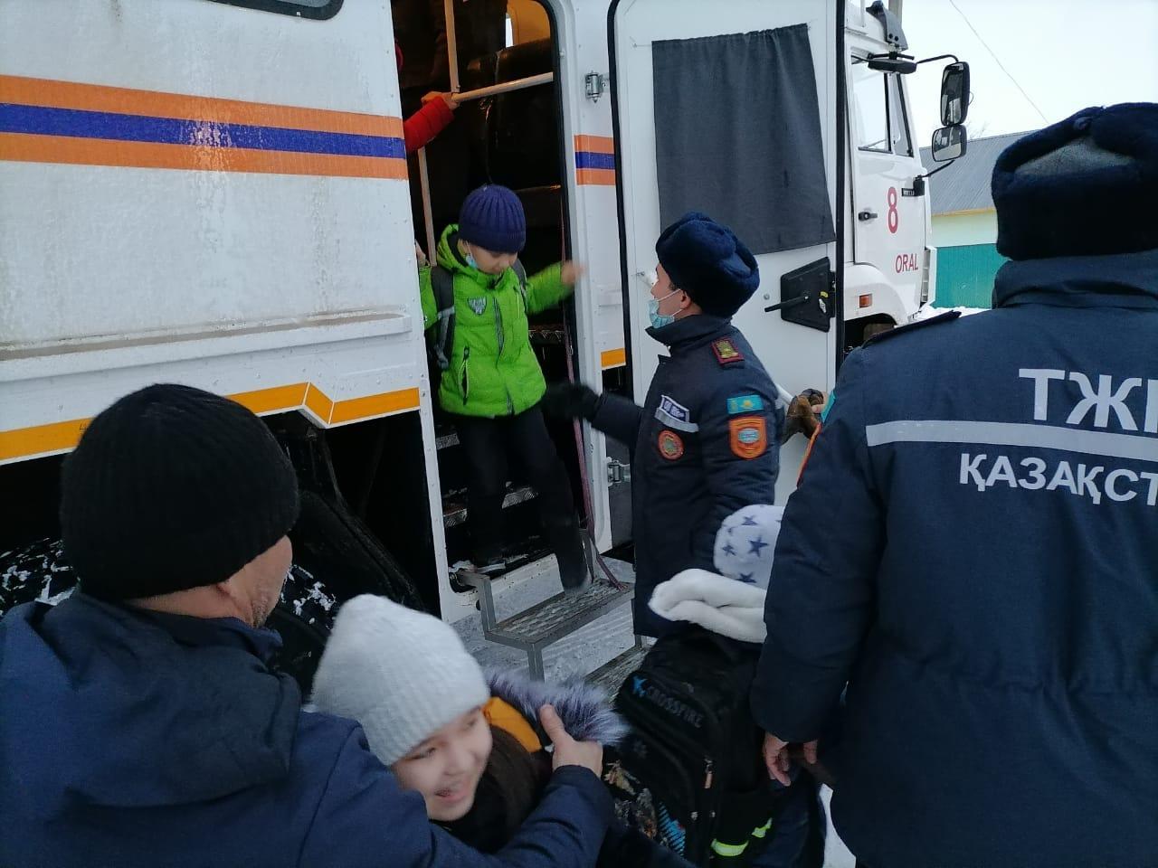 Оралда балалар мінген 2 мектеп автобусы қар құрсауында қалды