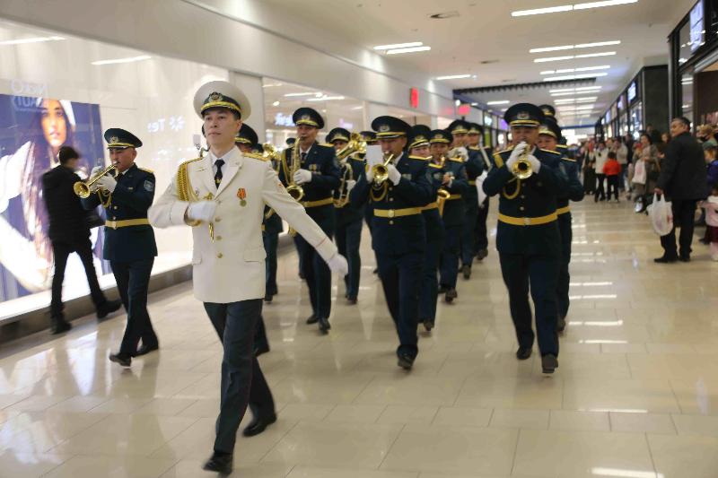 Музыкальный подарок женщинам Тараза преподнес военный оркестр РгК «Юг»
