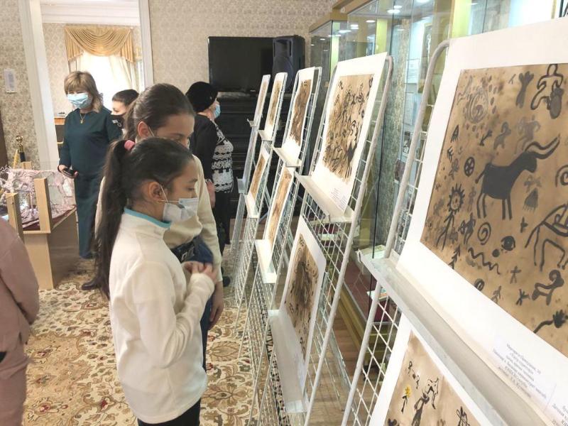 Баянаульские петроглифы изобразили юные художники из Павлодара