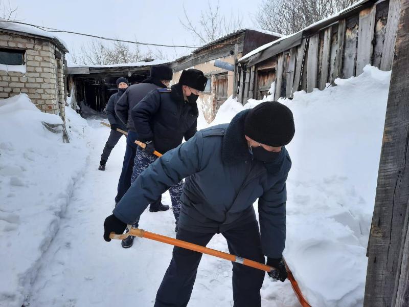 Из-за сугробов уголь не могла подвезти к дому многодетная семья в СКО