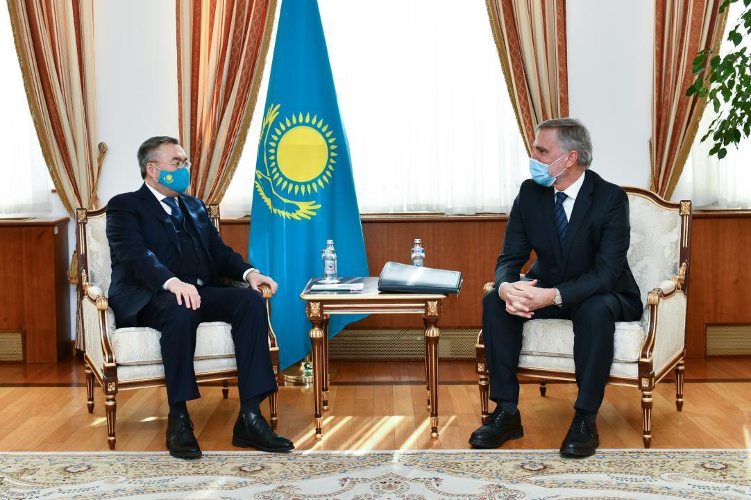 哈萨克斯坦外交部长会见加拿大石油天然气公司总经理