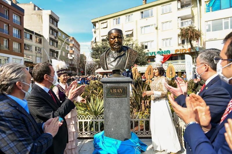 伊斯坦布尔一市区为阿拜设立雕像