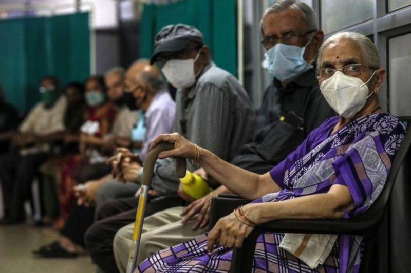 Коронавирус: Үндістандағы жағдайлардың рекордты саны, AstraZeneca-ны жанама әсерге тексеруде