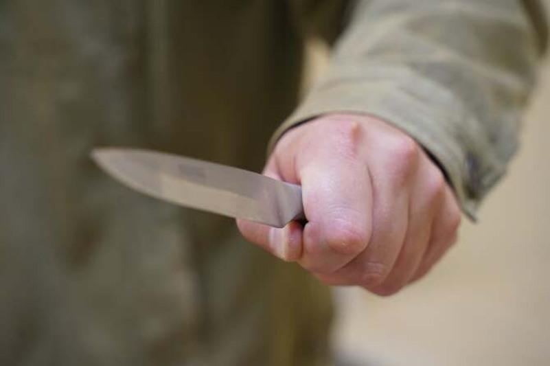 Мужчина с ножом напал на девушку в подъезде дома в Петропавловске