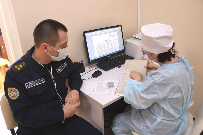 Спасатели получают вакцину от коронавируса в СКО