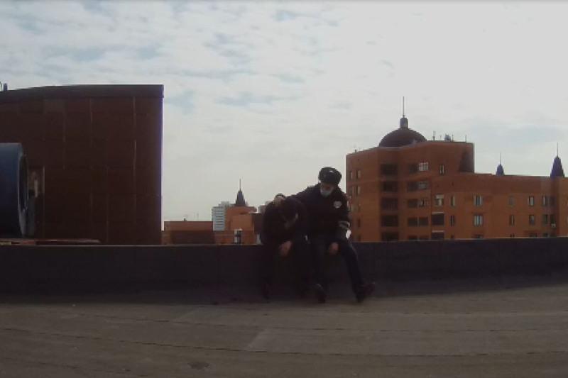 Мужчина пытался спрыгнуть с крыши 13-этажки в Нур-Султане