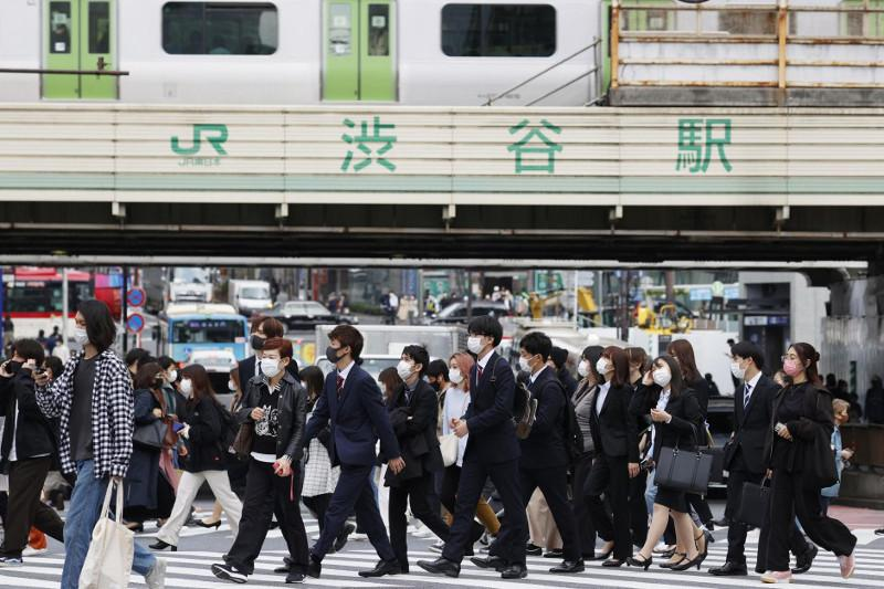 Tokyo, 2 more areas to step up virus measures as infections rebound