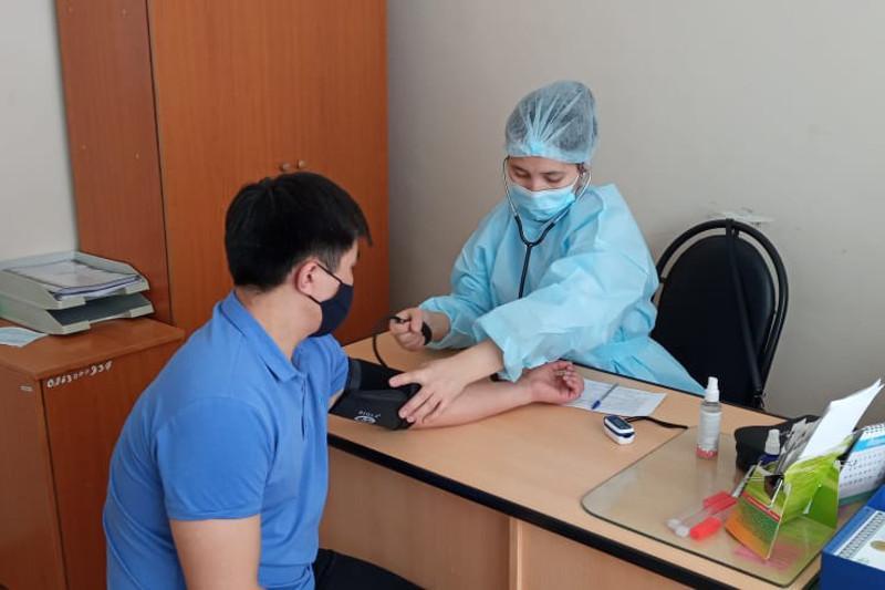 КВИ: Ақмола облысының түзеу мекемесіндегі сотталғандарға вакцина салынып жатыр