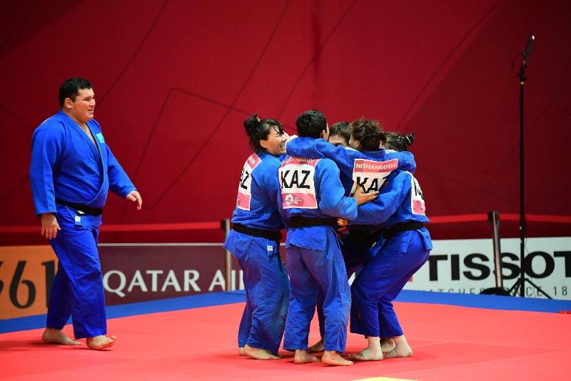 哈萨克斯坦队获得柔道亚锦赛混合团体赛银牌