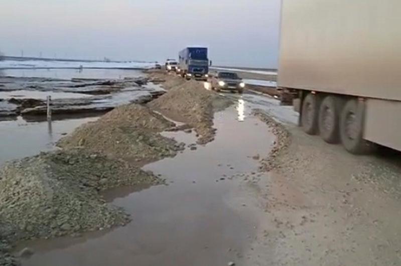 Трассу размыло в Карагандинской области, движение транспорта приостановлено