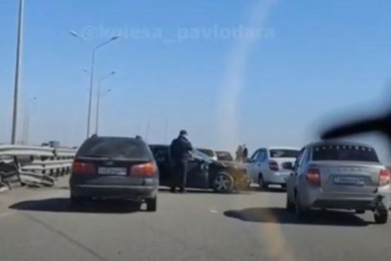 Легковушка врезалась в отбойник на мосту под Павлодаром: пострадал водитель