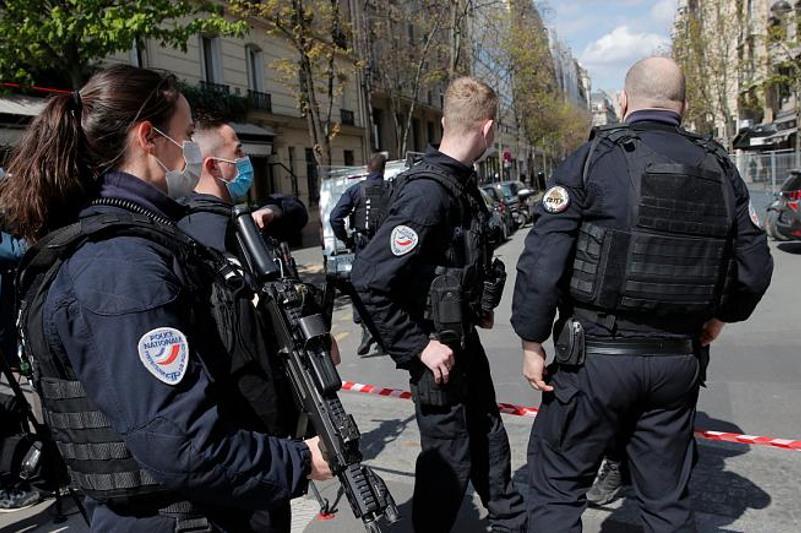 Неизвестный открыл стрельбу у центра вакцинации в Париже