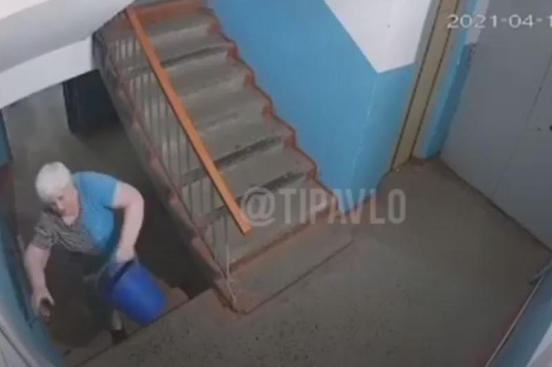 Из заливаемой нечистотами квартиры выливали воду в подъезд в Павлодаре