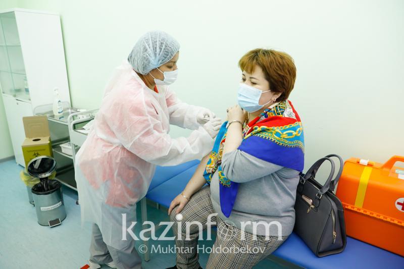 В Алматы за 13 апреля провакцинировано свыше 10 тысяч человек