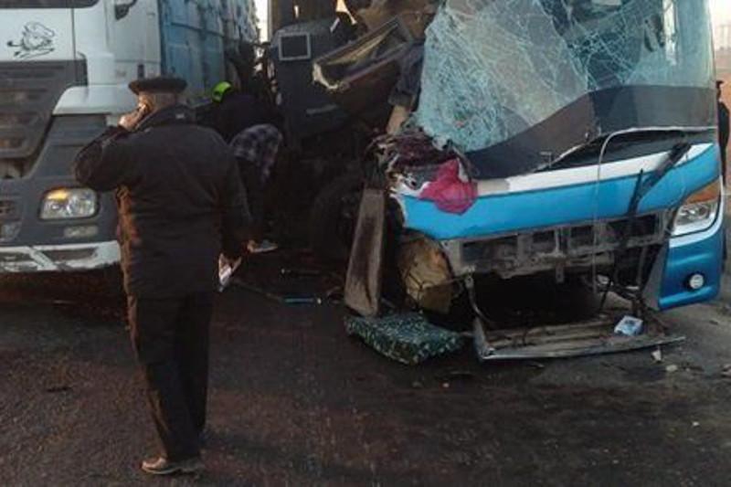 20 человек погибли при столкновении автобуса с грузовиком в Египте