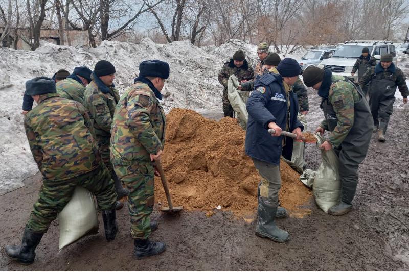 ШҚО-да әскери қызметкерлер су тасқынына қарсы жұмыстарға атсалысуда