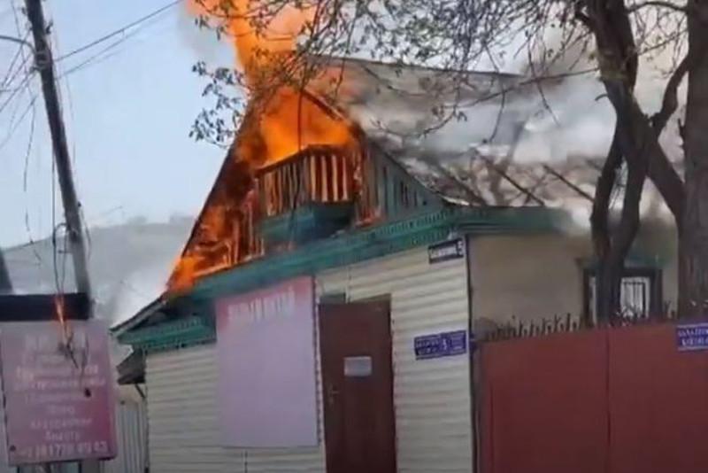 Пожар произошел в жилом доме за Дворцом Республики в Алматы