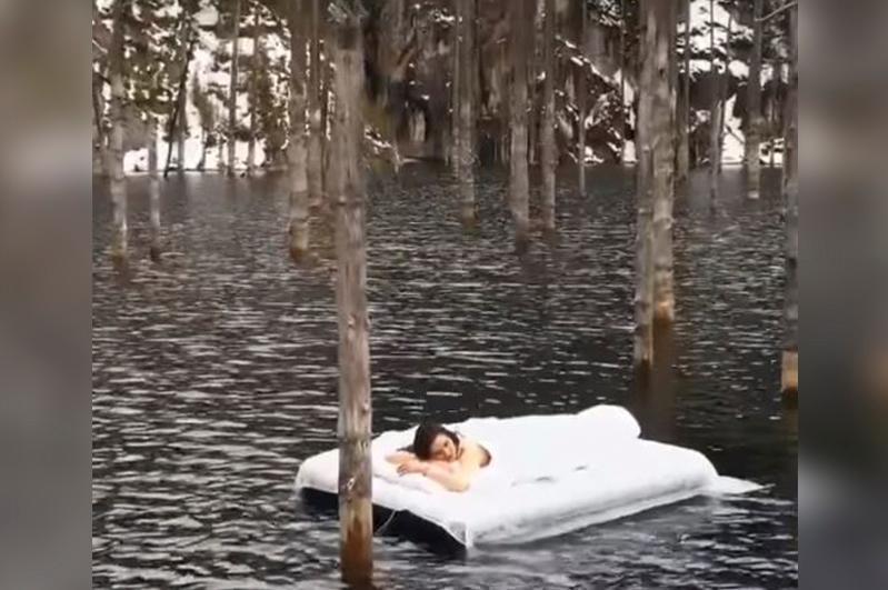 Девушка на матрасе посреди озера Каинды: авторов видео накажут