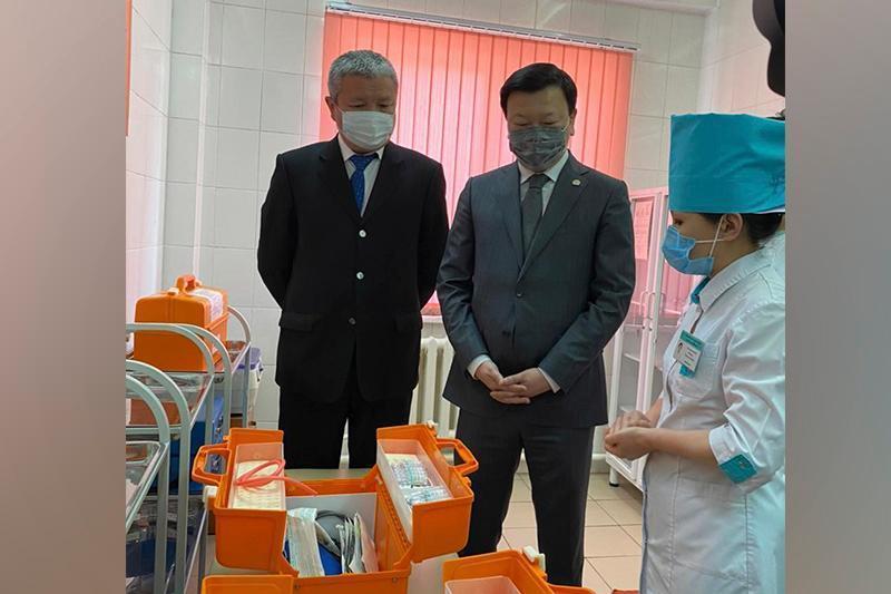 ҚР Соғлиқни сақлаш вазири овулларда эмлаш жараёнини кўздан кечирди