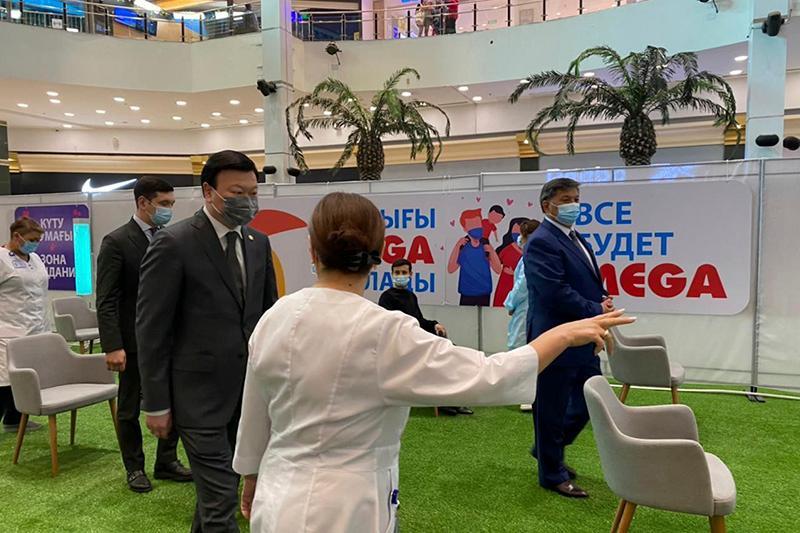 Алексей Цой посетил пункт вакцинации в ТРЦ «Мега» в Алматы