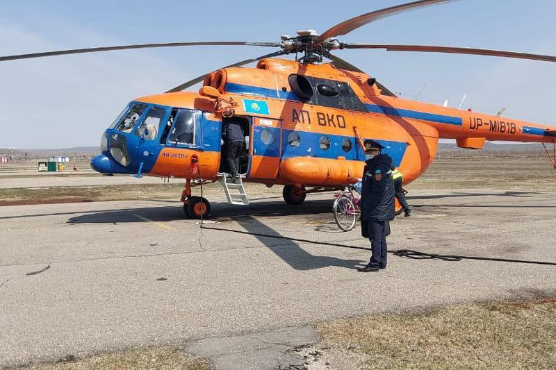 Сломавшего ногу в горах ВКО мужчину доставили на вертолете в больницу