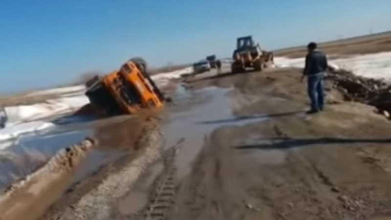 Водитель грузовика погиб в яме с талыми водами в Акмолинской области