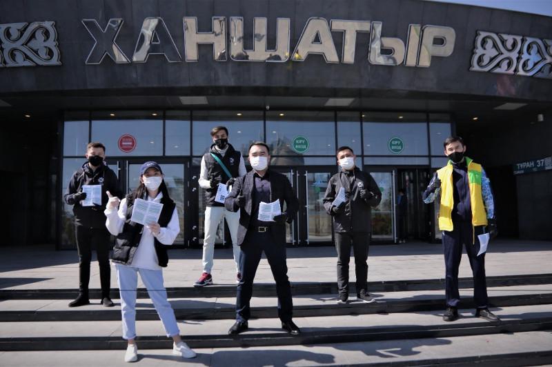 Волонтеры раздали жителям столицы буклеты с информацией о важности вакцинации