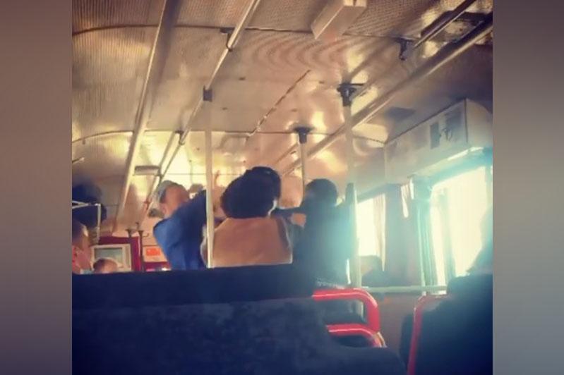 Пассажир и водитель автобуса подрались в Петропавловске