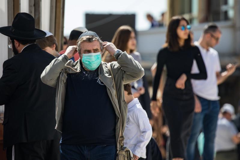 В Израиле отменили обязательное ношение масок на улице