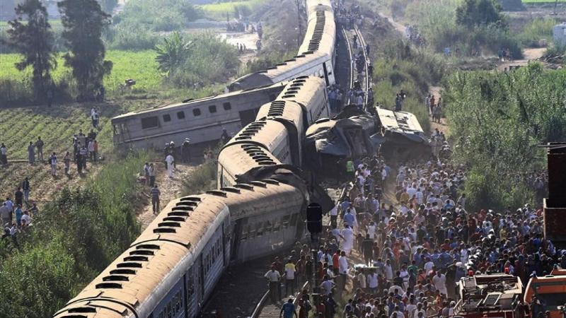 Более 100 человек пострадали при сходе поезда с рельсов в Египте