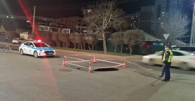 Легковой автомобиль провалился в яму на дороге в Нур-Султане