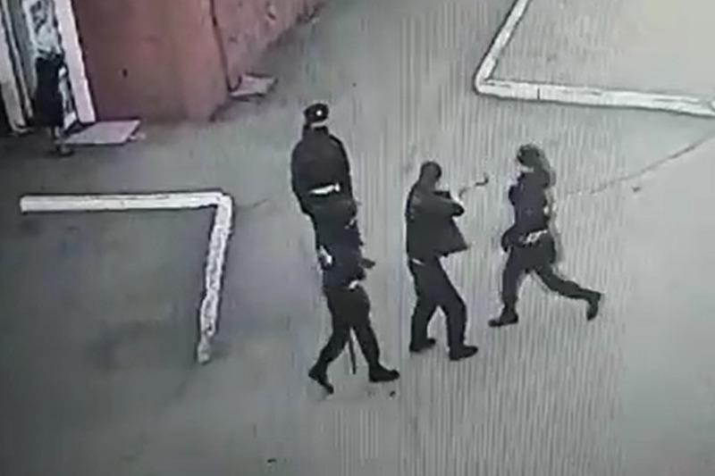 Нетрезвый мужчина напал на пеший патруль в Петропавловске