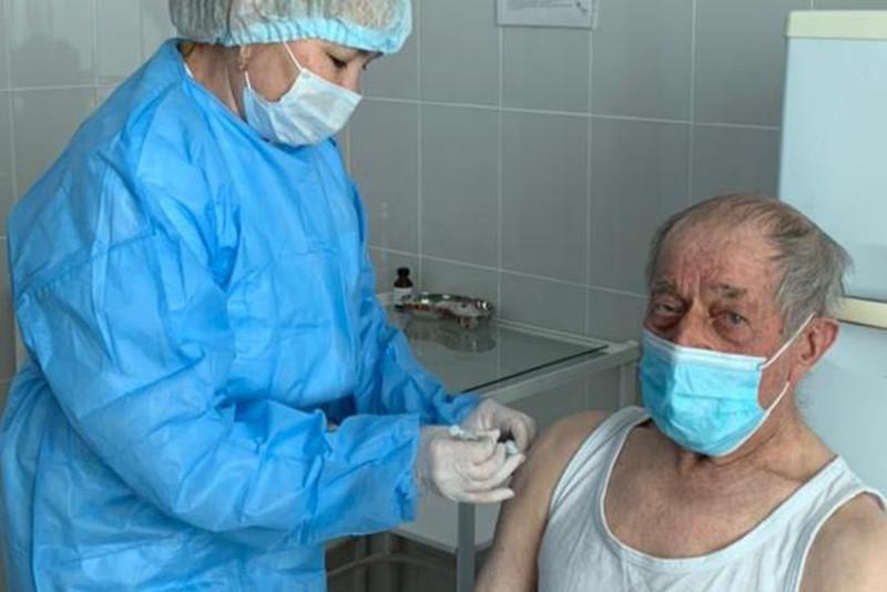 Ақтөбеде 93 жастағы зейнеткер вакцина салдырды