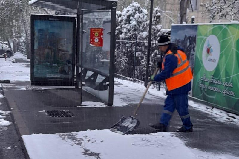 Около тысячи рабочих очищают Алматы от снега