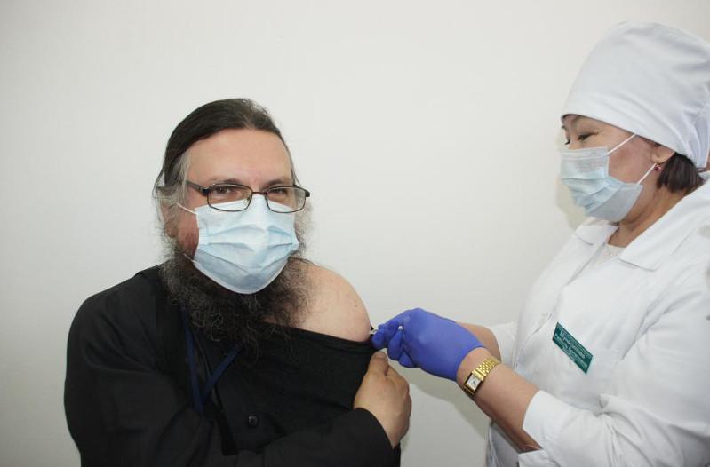 Қарағандыда 15 конфессияның өкілдері вакцинация пунктінде екпе алды