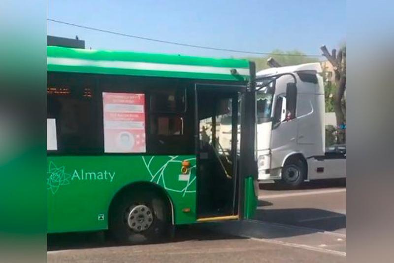 Автобус столкнулся с тепловозом в Алматы