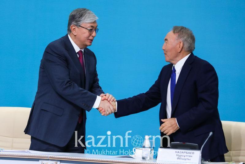 纳扎尔巴耶夫向托卡耶夫总统转交民族和睦大会主席职务