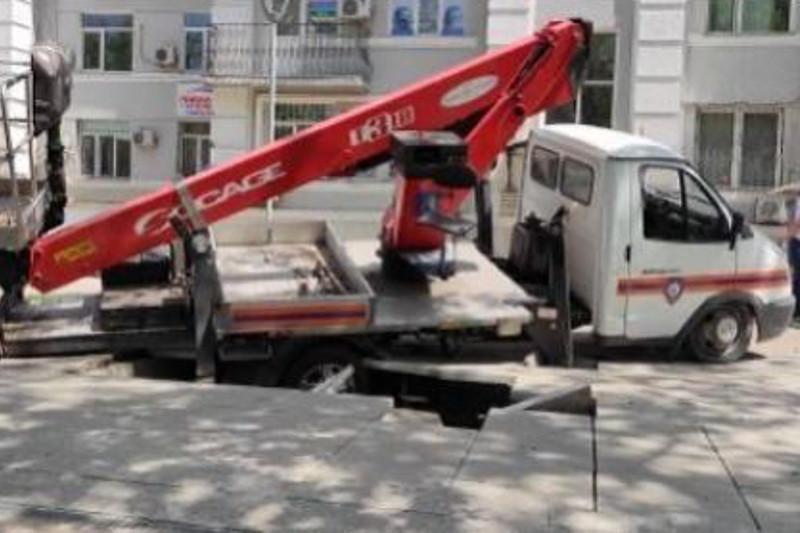 Автомобиль службы спасения провалился под землю в центре Алматы