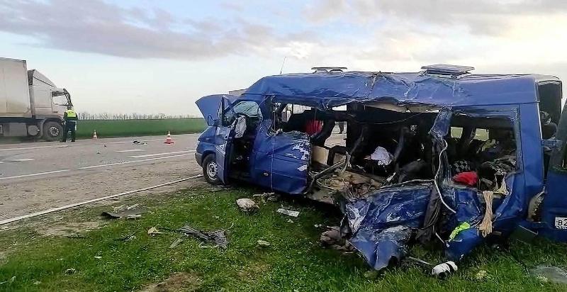 Автобус с юными спортсменами столкнулся с грузовиком в РФ, пятеро погибли
