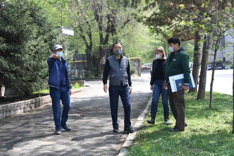Ряд поручений дал аким Алматы во время осмотра ремонтных работ в парках и скверах