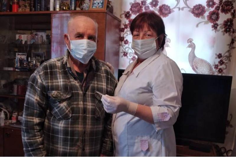 Павлодар облысында 90 жастағы қарияға вакцина салынды