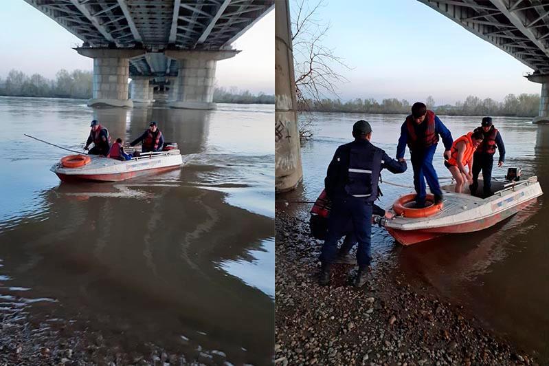 Четверо мужчин остались отрезанными от берега в Усть-Каменогорске