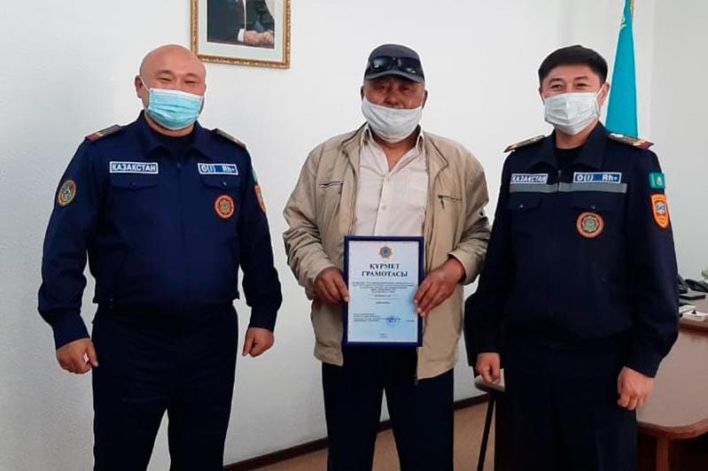 Семейде 66 жастағы қартты өрттен құтқарған азамат министрдің Алғыс хатымен марапатталды