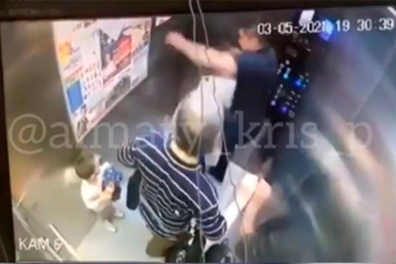 «Подравшегося» с лифтом мужчину в Алматы разыскивает полиция
