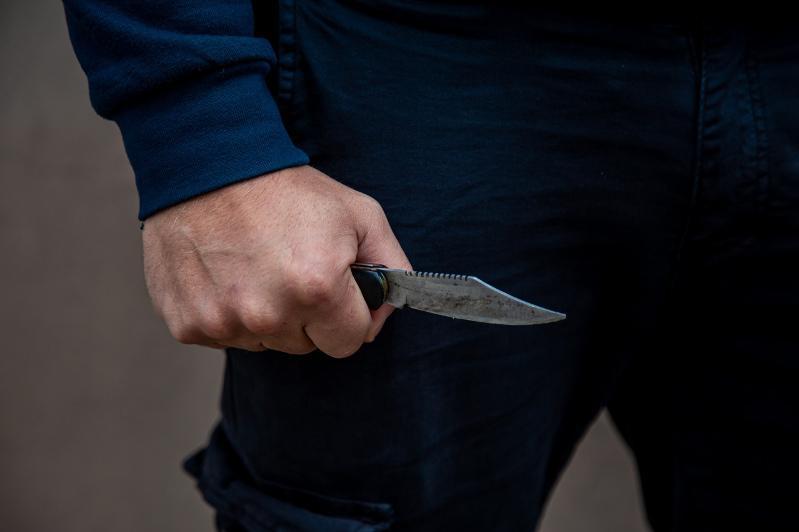 Талдықорғанда 23 жастағы ер адам полицейге пышақ салды